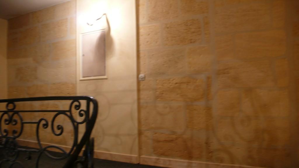 Embellir une cage d escalier pierre chaux et couleurs for Idee couleur cage escalier